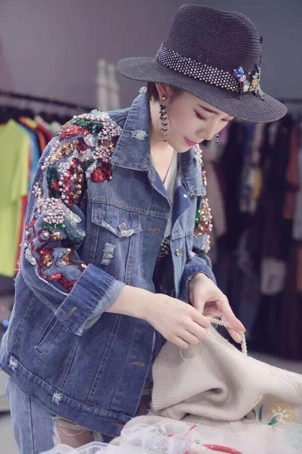 85后辣妈徐梦云,将DIY旧衣改造做成了事业,在淘宝上直播教消费者自己动手改造衣物