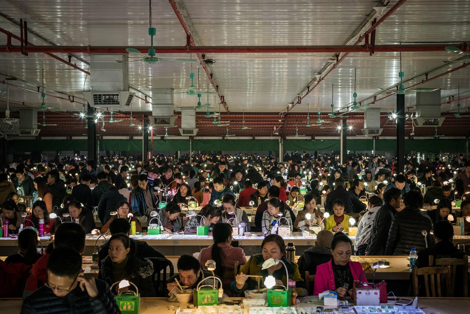 2017年12月8日,广州肇庆四会玉器批发市场,大量的从业者正在使用淘宝直播卖货,随着淘宝直播越来越受玉器市场的欢迎,这个市场吸收了一大批玉器主播从业者_meitu_7
