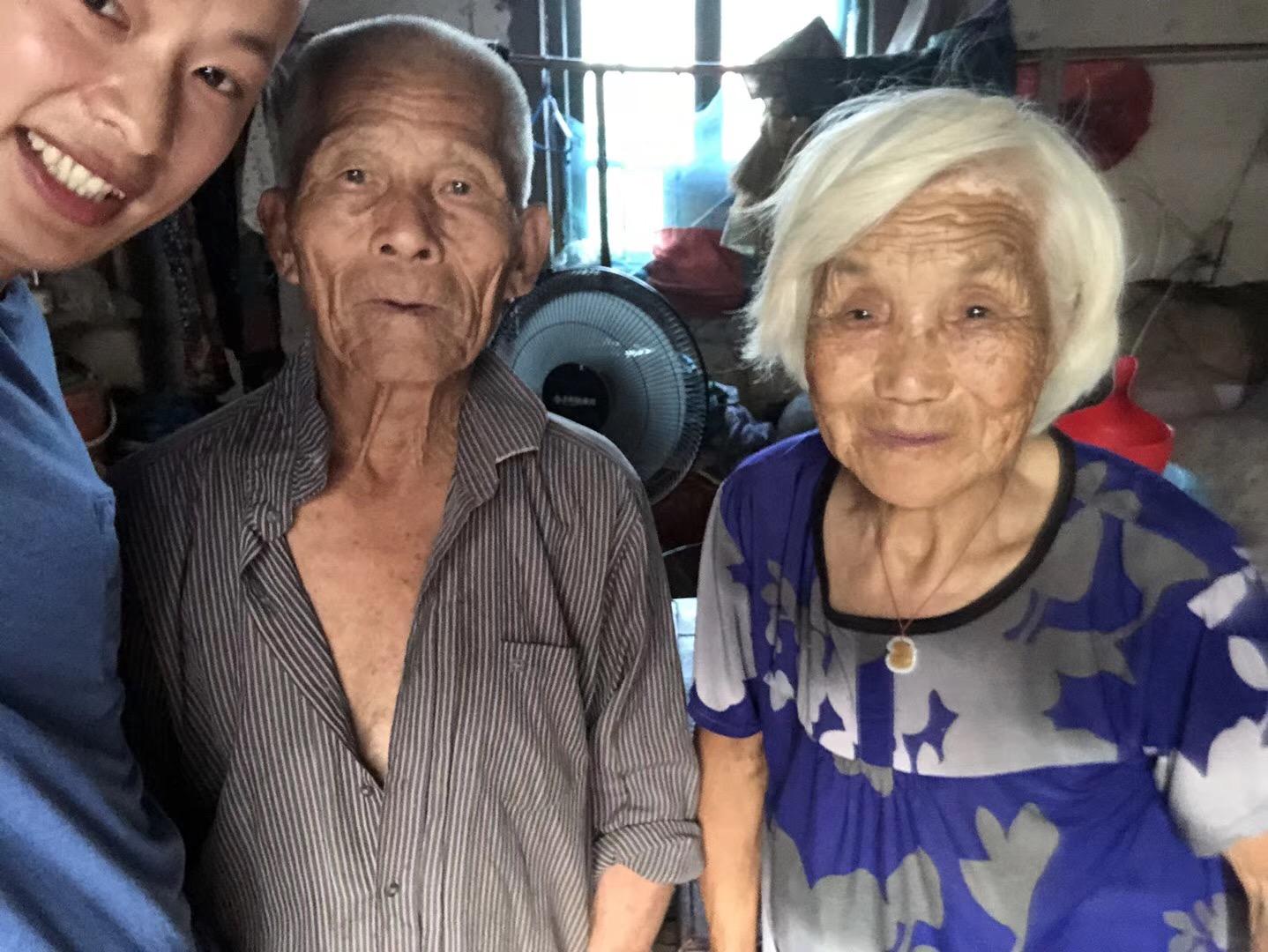老人看到大郎买的风扇很开心,从席子地下东拼西凑了30块钱要交给大郎。拒收钱的大郎喜欢这种亲切