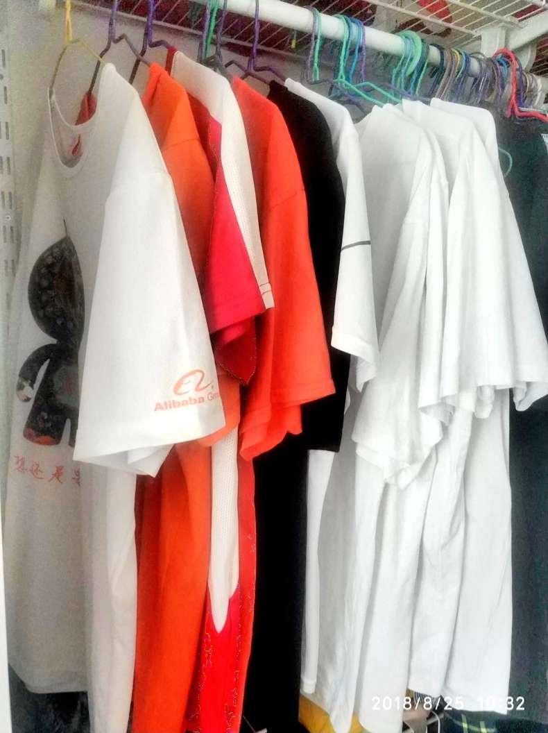 衣柜里一排的文化衫