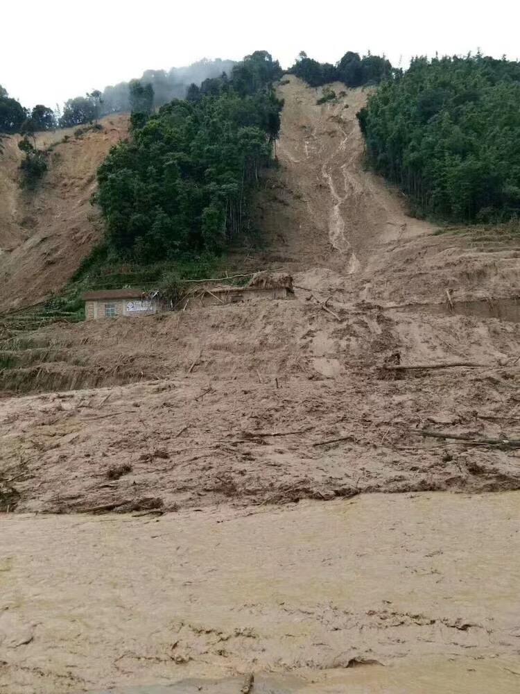 泥石流和塌方堵住道路