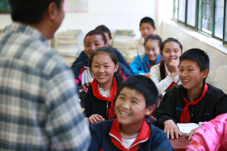 2016年5月10日,云南怒江。贡山县捧当乡,桑磊讲课风趣幽默,深得学生们的喜爱。(王警 摄)