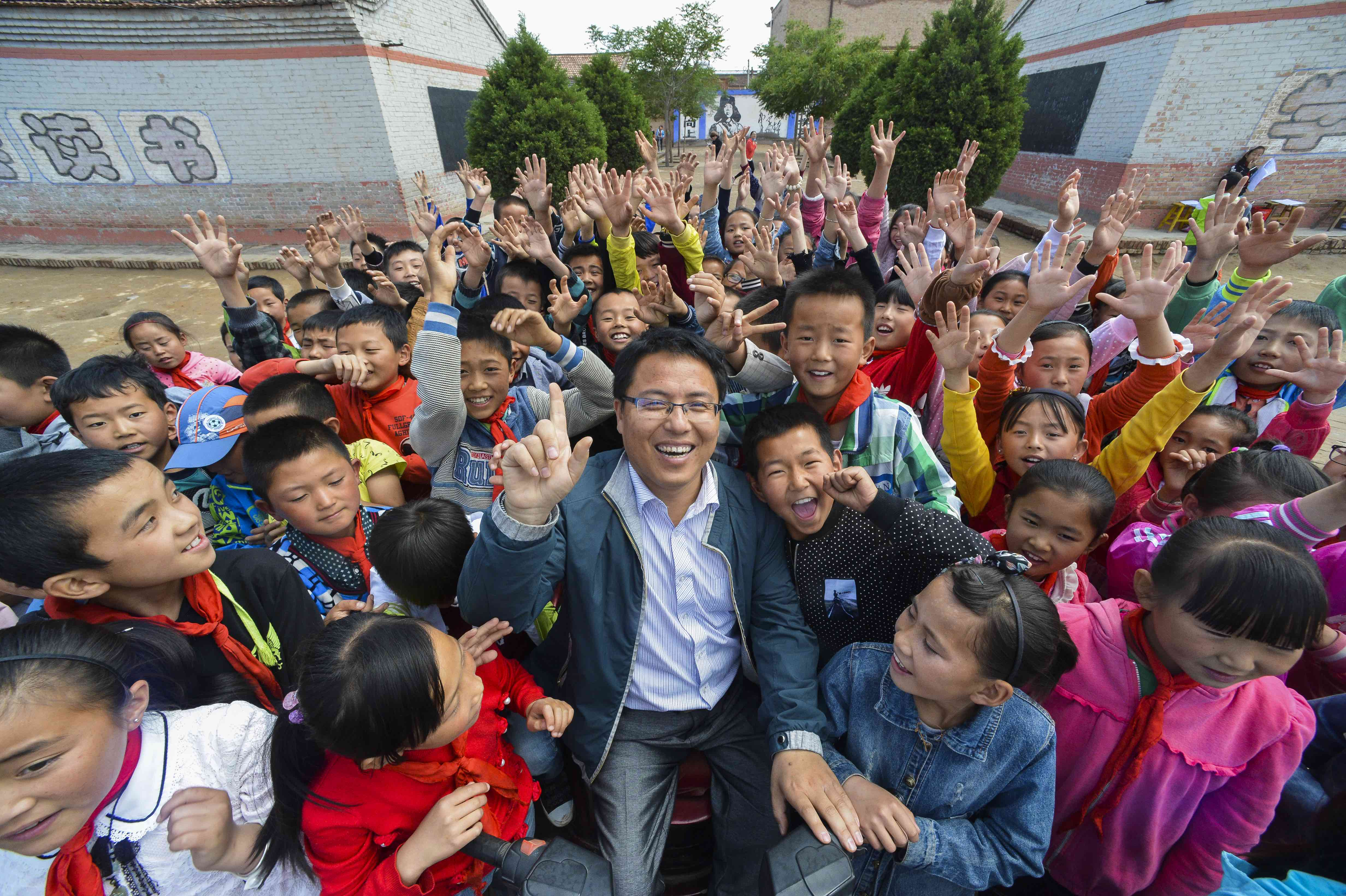 同心县下马关中心小学白星老师和孩子们在一起。