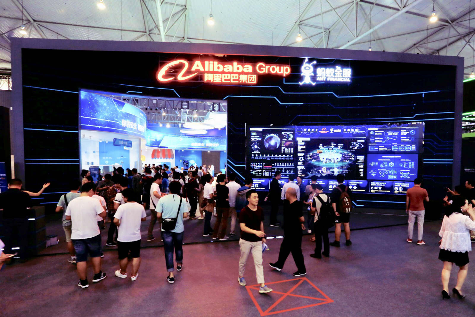 9月17日,2018网络安全宣传周·网络安全博览会在成都揭幕,阿里巴巴展馆备受关注。 _meitu_22