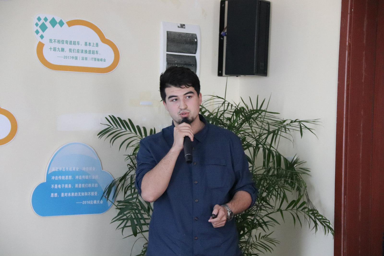 """图说:虽然还只是个刚上大三的学生,依马木麦麦江却已经是很多人的""""老师"""",年纪轻轻的""""老马""""还曾多次给来自非洲、马来西亚等国的年轻创业者分享跨境电商经验。_meitu_2"""