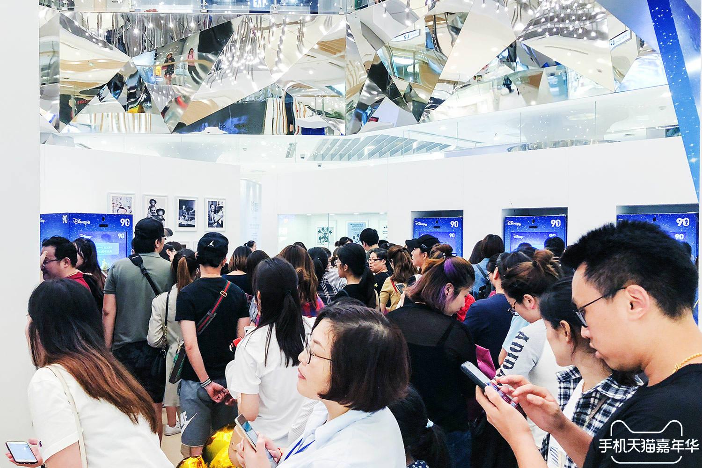 (新闻图1)消费者通过手机天猫App在线下商圈排队体验新零售快闪游乐园_meitu_1