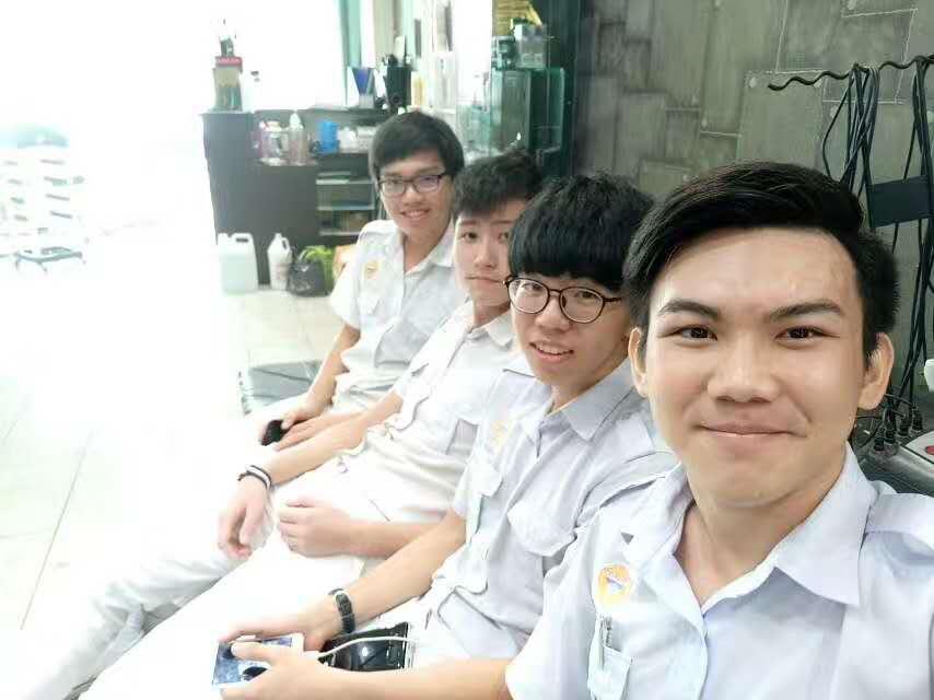 黄玮慷和同学们