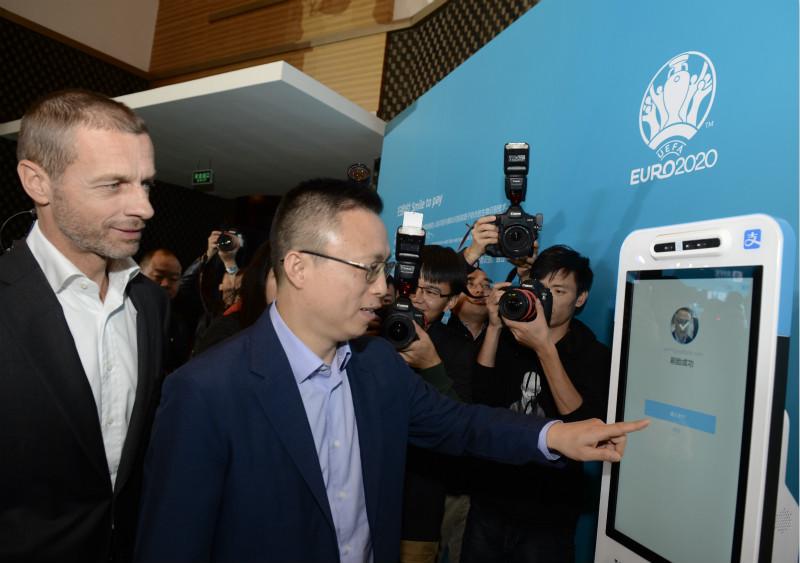 11月9日,井贤栋在向欧足联主席介绍支付宝刷脸支付_meitu_3