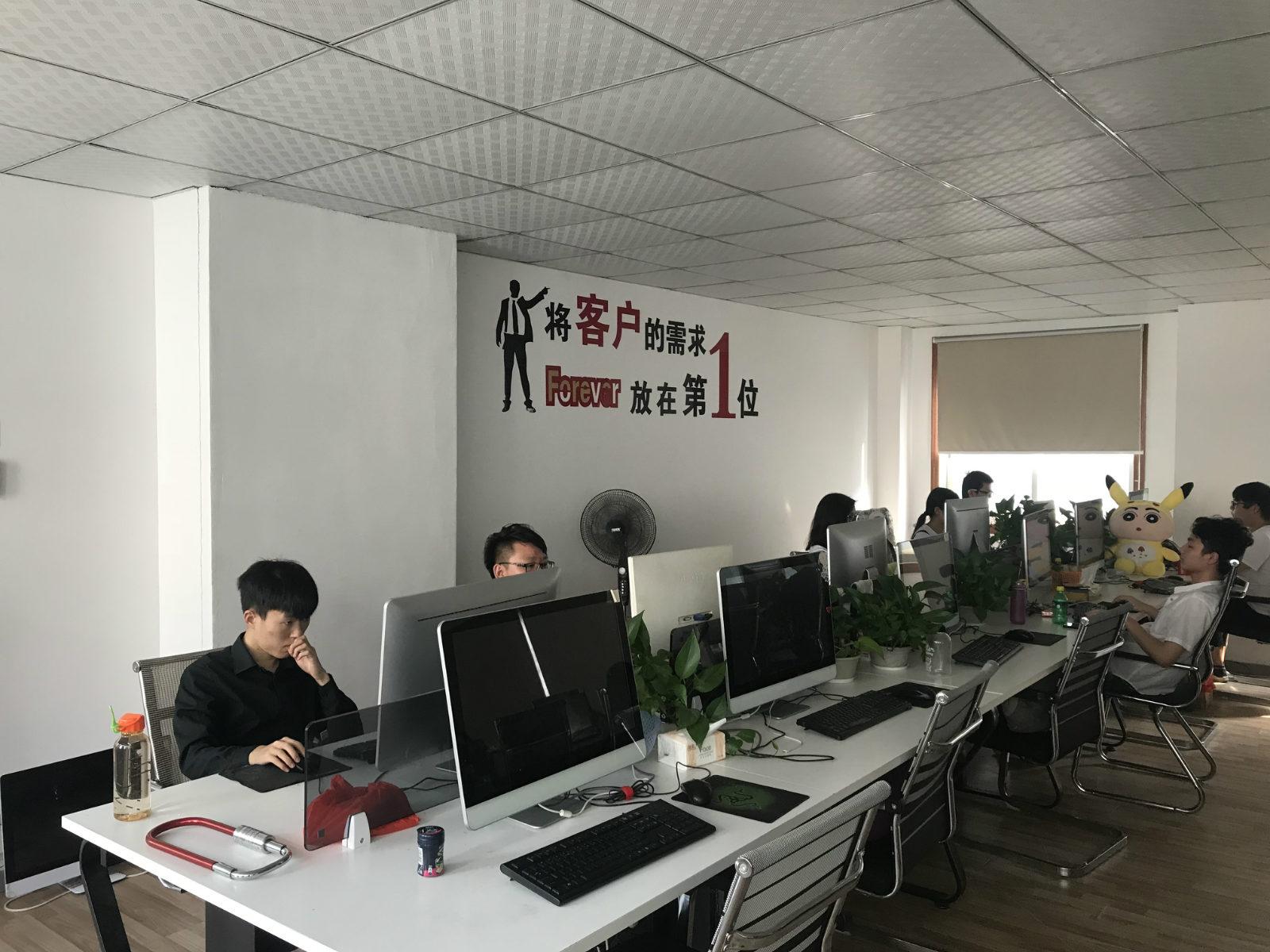 """图说:王明淘宝店的销售办公室墙上,写着""""将客户的需求Forever(永远)放在第1 位""""。如今,他已有200多名员工_meitu_6"""