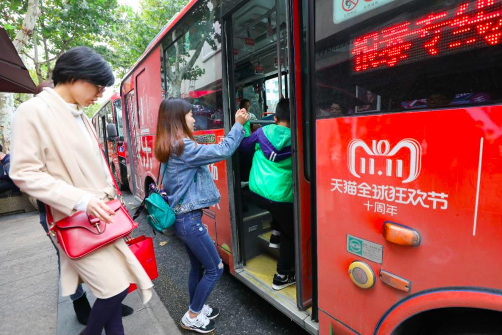 杭州的银泰百货为天猫双11开通专线巴士_meitu_1
