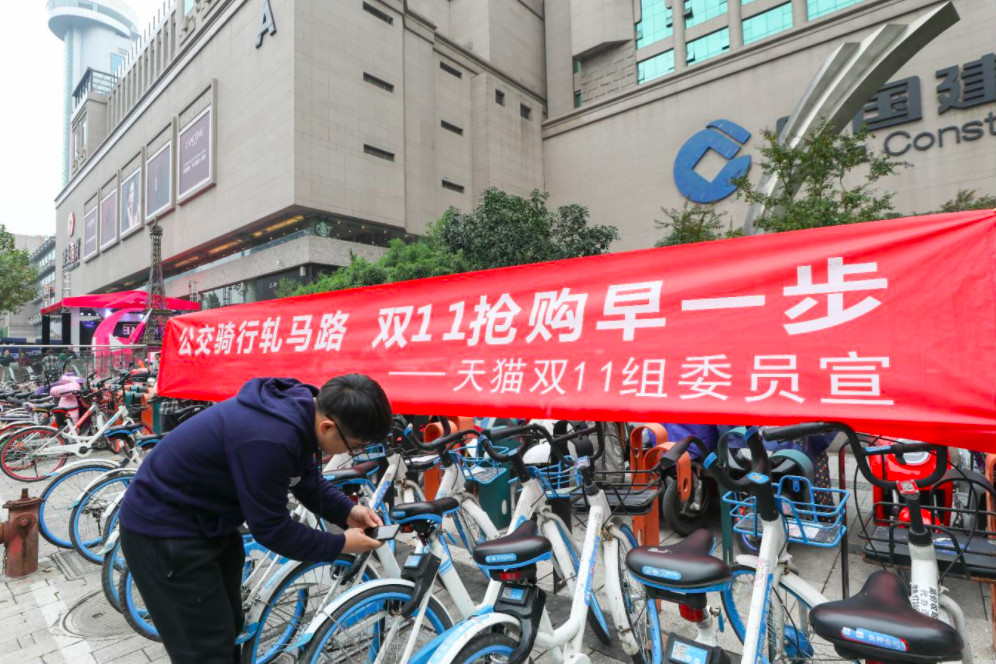 11月11日杭州武林银泰消费者骑共享单车欢度天猫双11_meitu_2