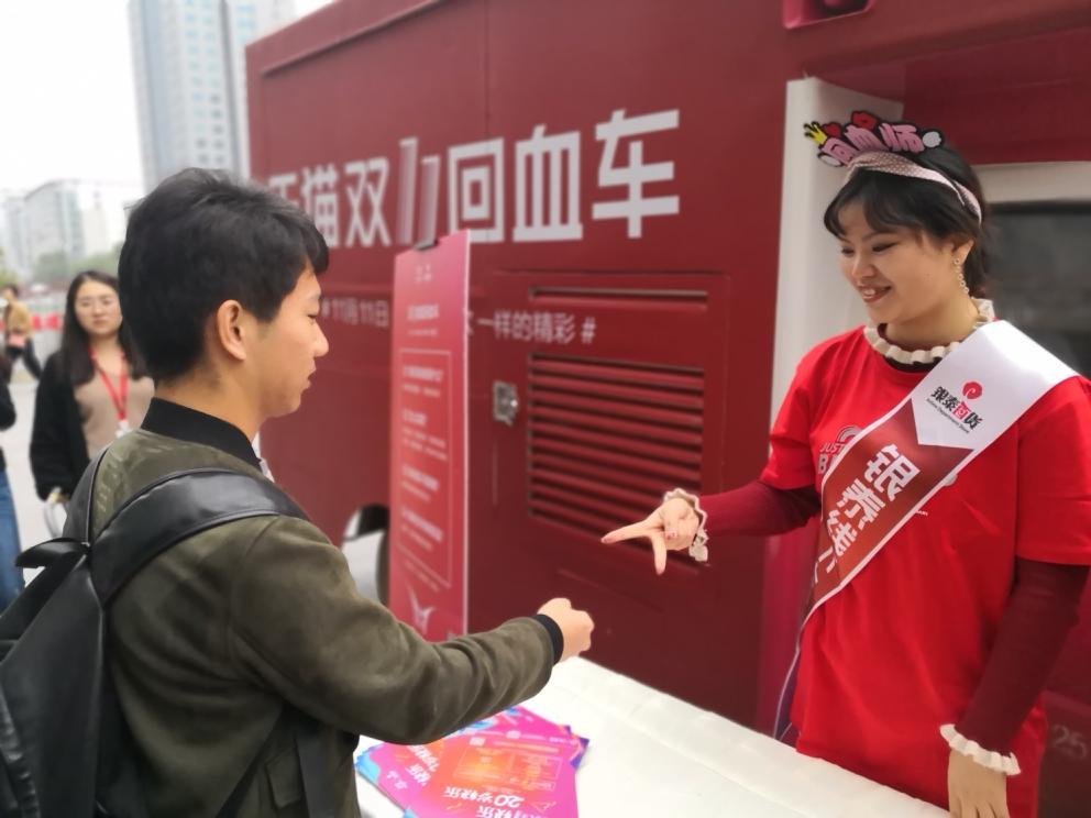 """武汉银泰城提供""""回血车""""供各地来购物的消费者报销出行费用"""