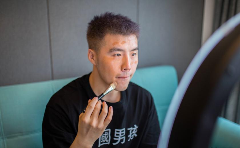 图2 淘宝美妆博主王小强在拍视频前为自己化妆_meitu_3