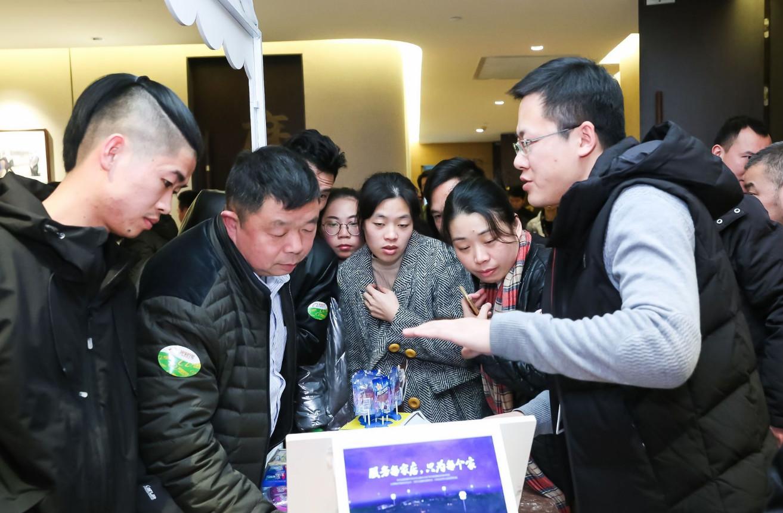 小店店主现场询问智能货架功能_meitu_1