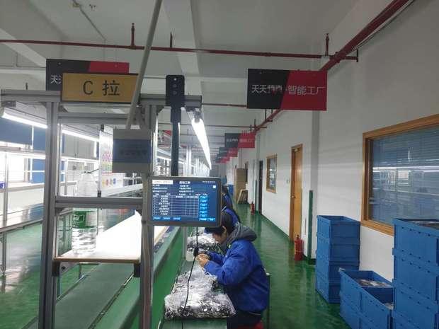WRZ天天智能工厂总部,工人们在检查每一条耳机的质量
