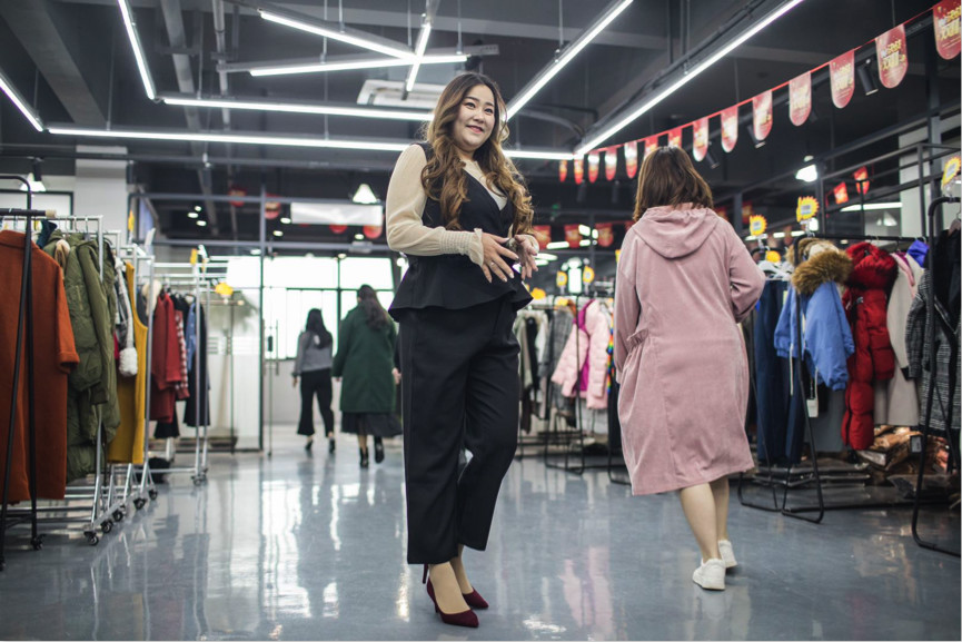 徐燕楠在展示大码新款女装_meitu_7