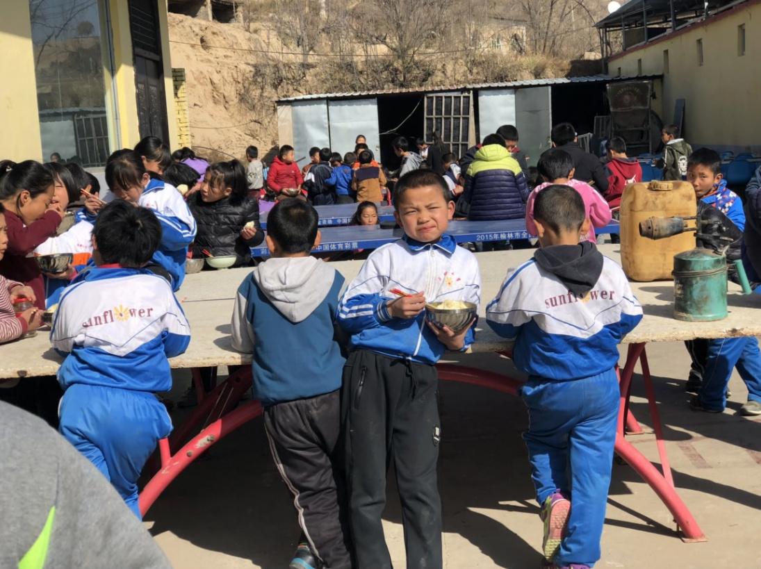 马维帅自费办学28年,目前学校有300多名学生,绝大多数是留守儿童,今年是他的小米首次通过互联网电商平台对外销售。_meitu_6