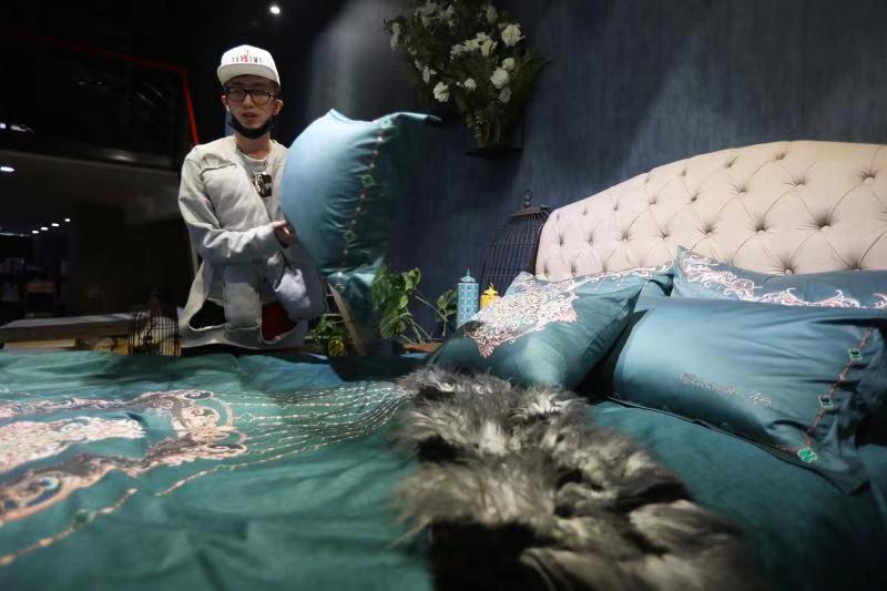 85后淘宝极有家设计师李帅纬展示自己设计的家纺床品