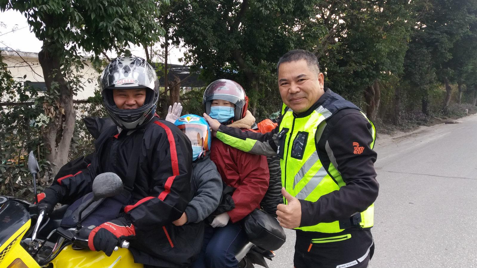志愿者为返乡人员发放免费的安全头盔_meitu_1
