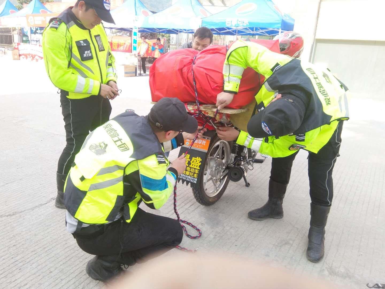 志愿者帮助返乡人员加固行李2