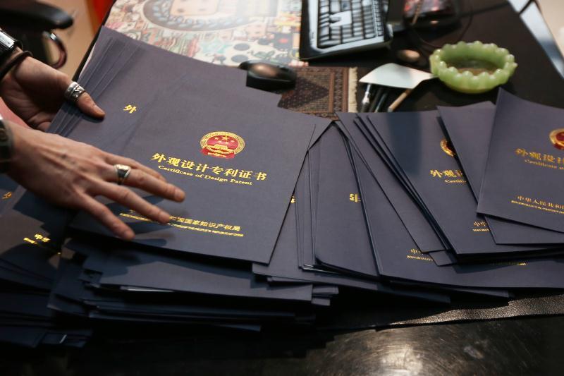 李帅纬展示三威家纺科技的专利和版权证书
