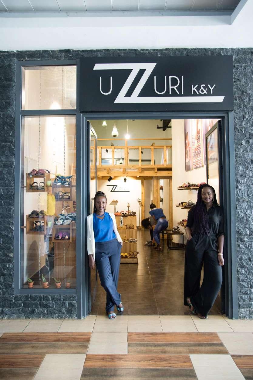 图片:Kevine Kagirimpundu(左一)和她的合作伙伴一起创立了卢旺达的Uzuri K&Y鞋子品牌