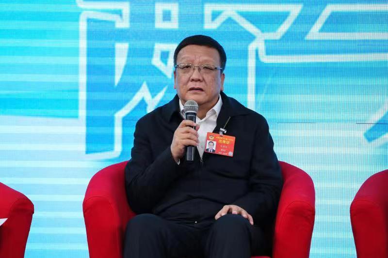 图说:全国政协委员、内蒙古自治区市场监督管理局局长白清元:重视网络营商环境、维护基层电商经营者的权益。
