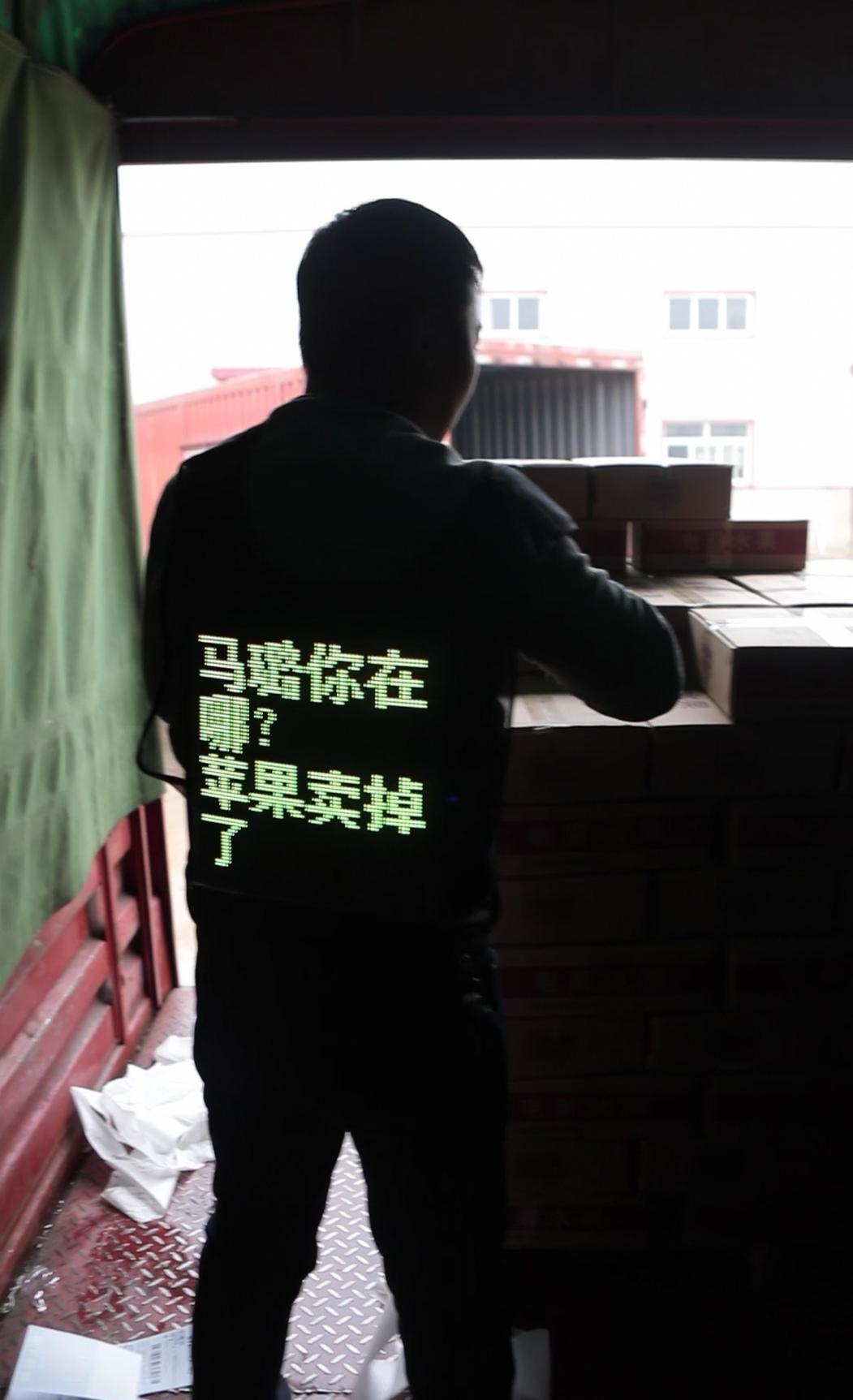 身背LED显示屏,用一段告白寻找当年的女友马某