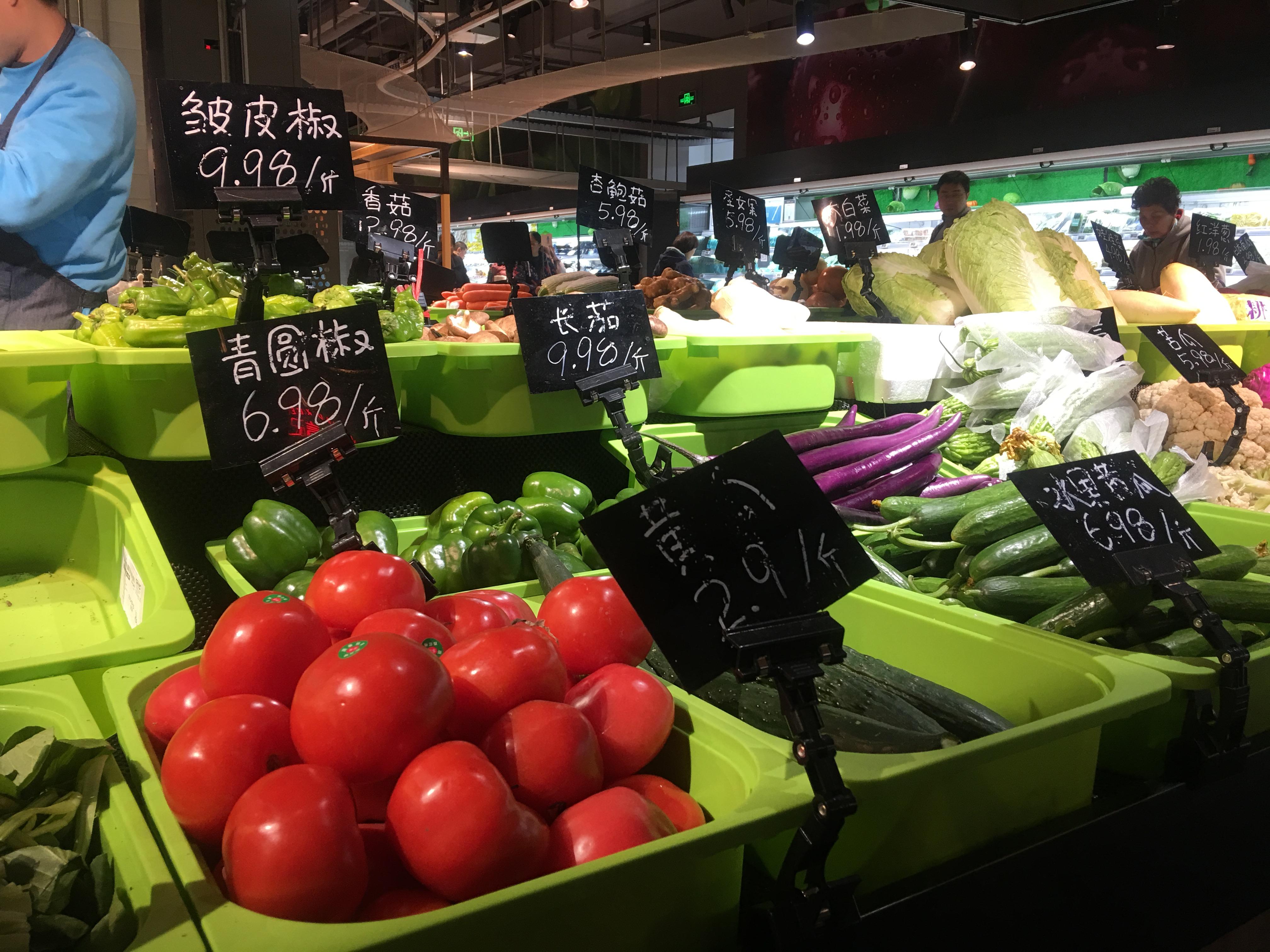 散装蔬菜柜台。