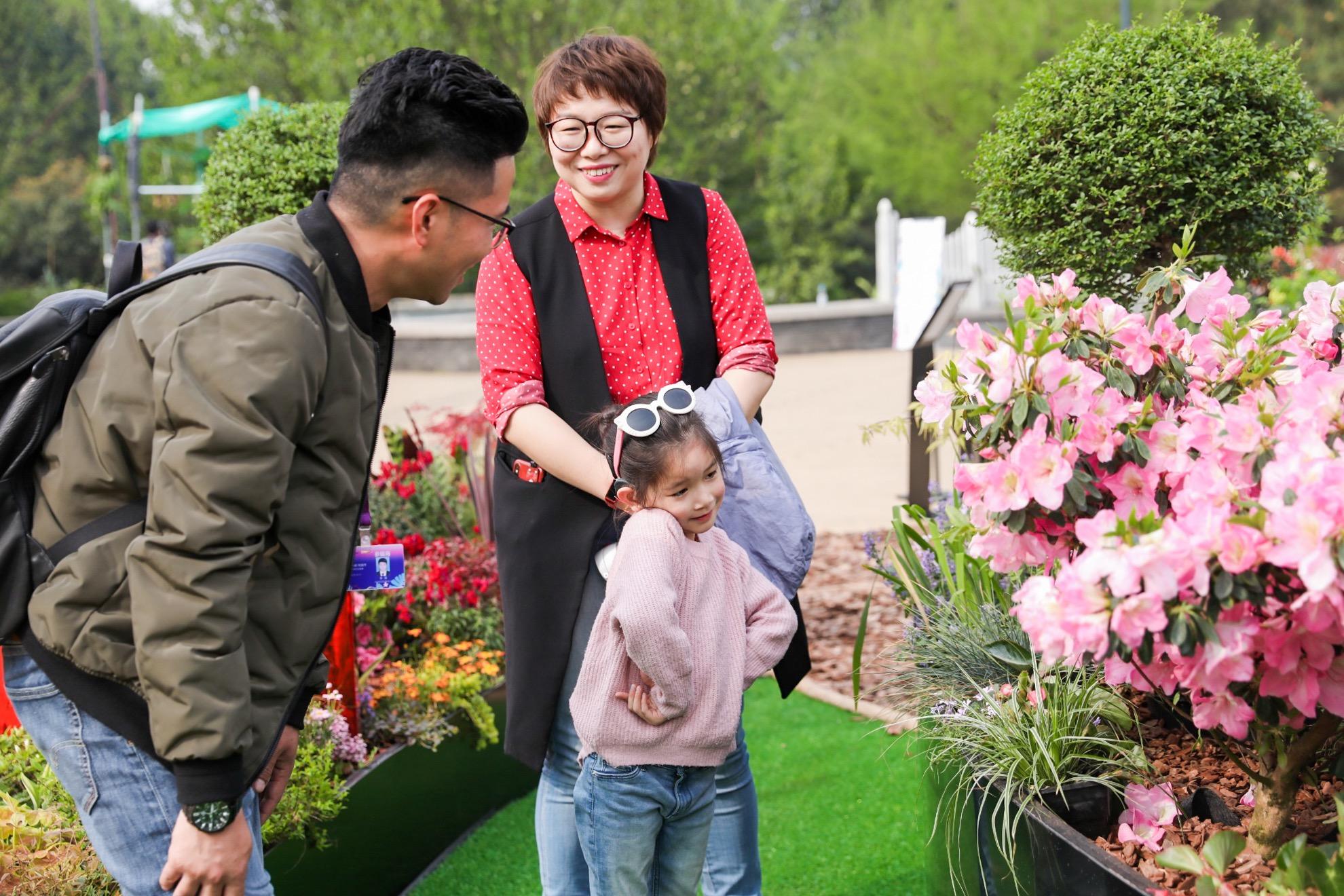 设计师俞啸锋向听障儿童家长介绍声音花园