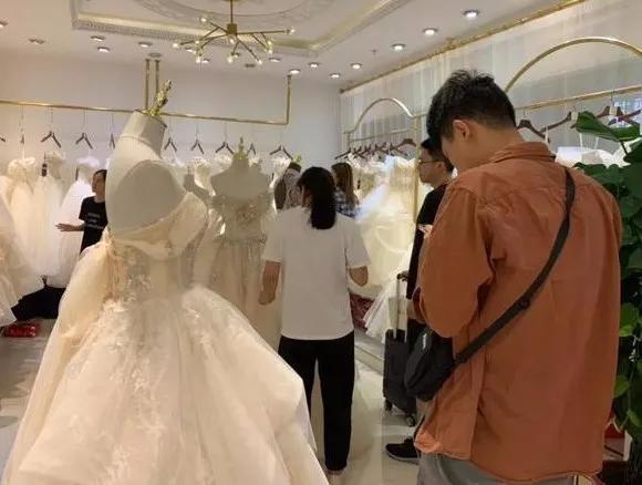 """""""报复性结婚""""来了:买婚纱的多出3倍,三亚旅拍档期已满"""